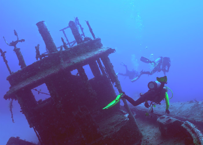yacht charter wreck diving Main